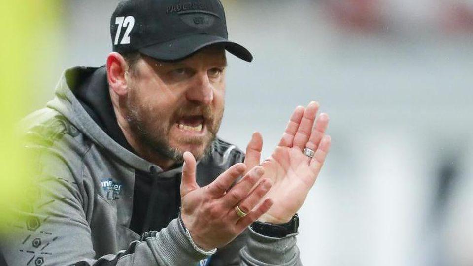 Paderborns Trainer Steffen Baumgart feuert sein Team an. Foto: Friso Gentsch/dpa