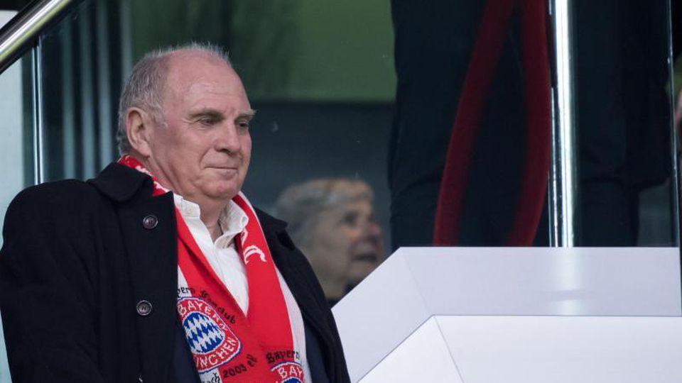 Uli Hoeneß, Präsident des FCBayern München, steht auf einer Tribüne. Foto: Sven Hoppe/Archivbild