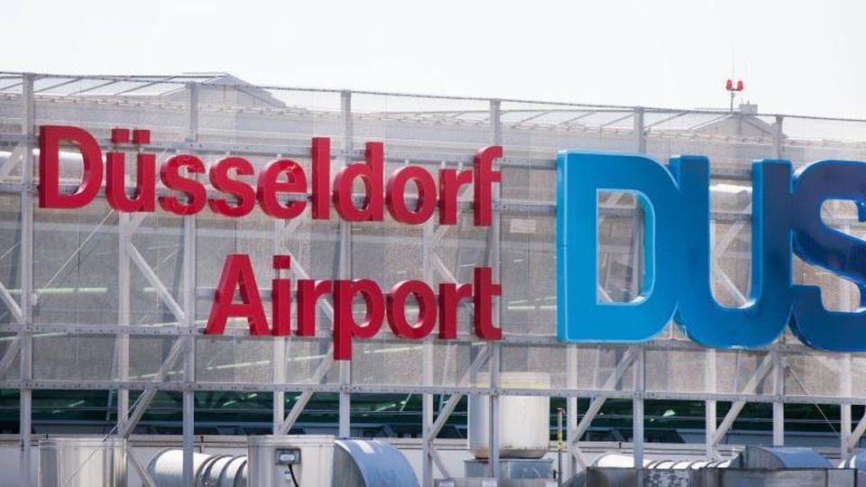 Blick auf das Logo am Flughafen Düsseldorf. Foto: Rolf Vennenbernd/dpa/Archivbild