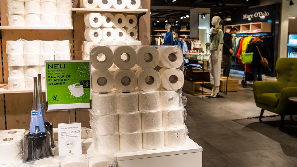 Modehaus Blum-Jundt wird zum Klopapier-Flagshipstore, damit das Geschäft weiter geöffnet bleiben darf.