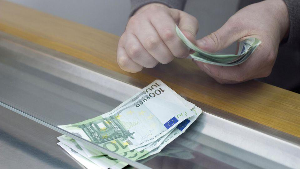 Geld am Schalter abheben - das kostet extra. Der BGH hat heute in Karlsruhe darüber geurteilt, ob das zulässig ist.