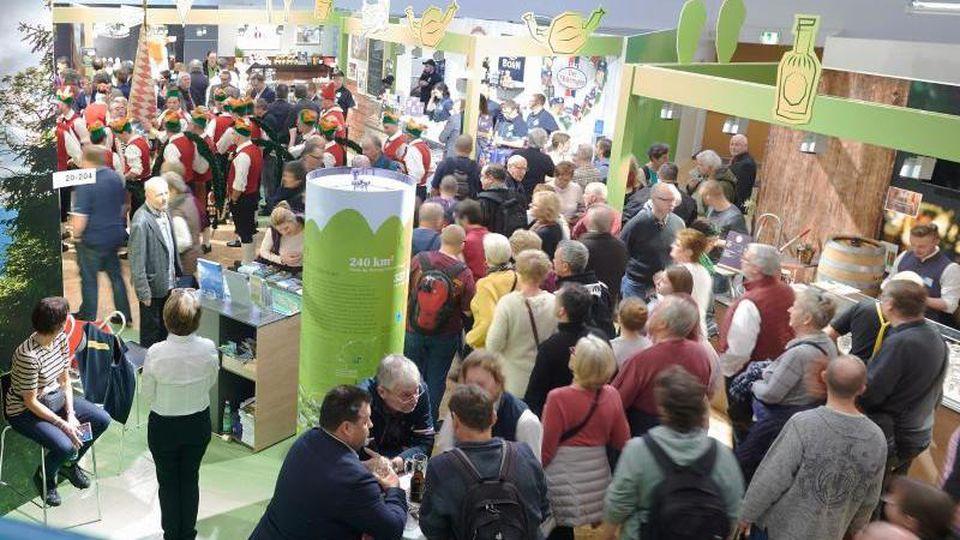Menschen besuchen die Grünen Woche am ersten Besuchertag. Foto: Annette Riedl/dpa/Archivbild