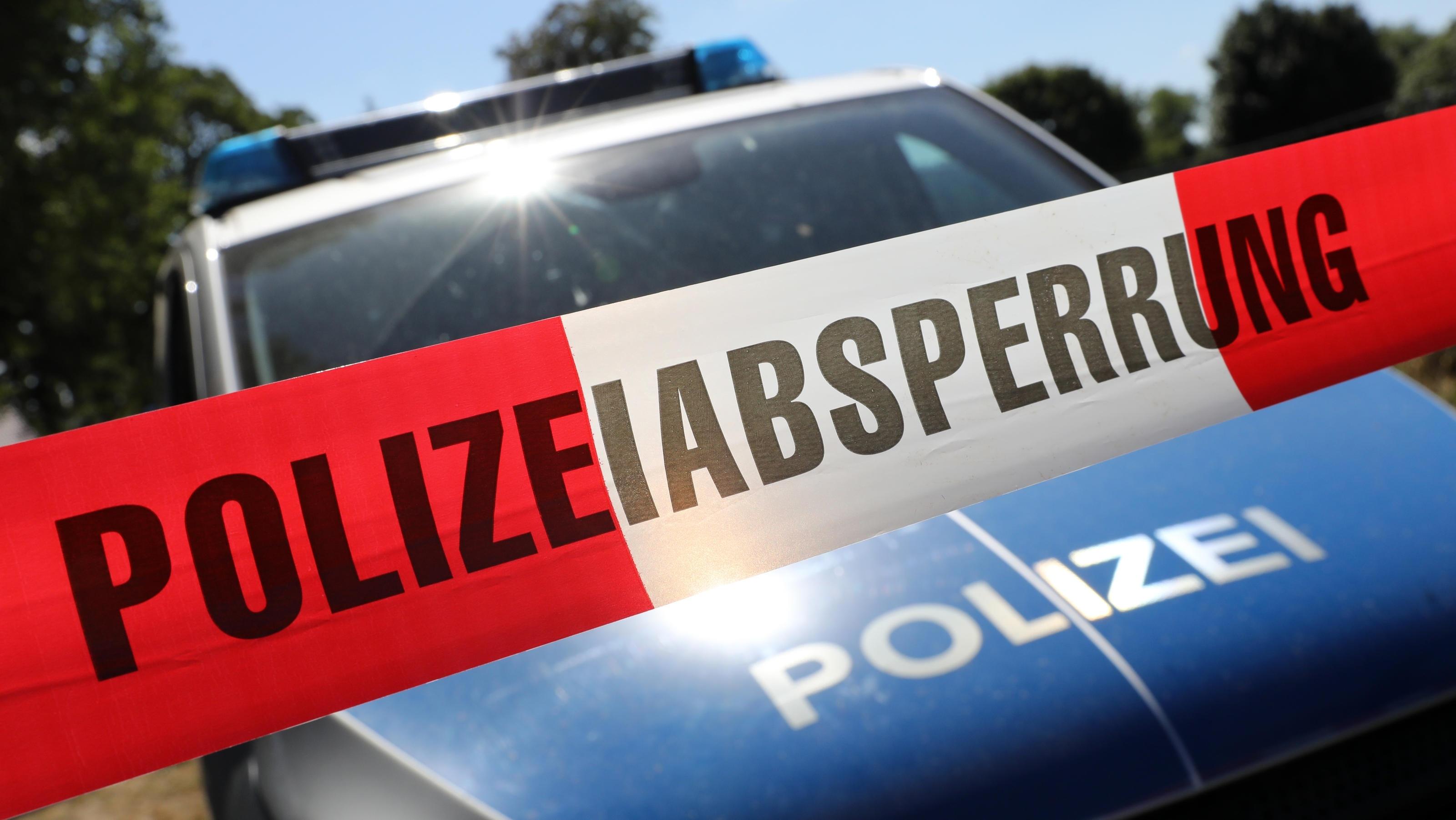 Ein 29-Jähriger ist bei einem Ausflug mit einer aufblasbaren Badeinsel im Rotter See in Troisdorf bei Köln ertrunken.