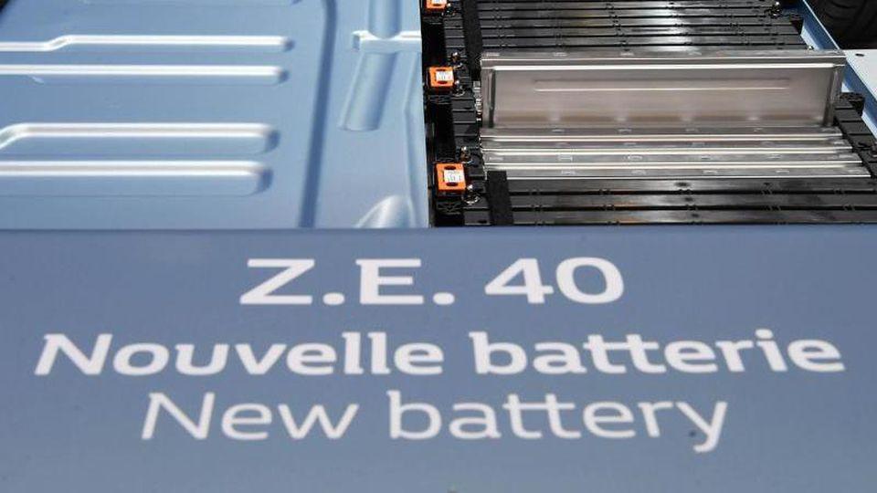 """Die Batterie einer neuen Version des Renault-Elektroautos """"Zoe"""" wird gezeigt. Foto: Uli Deck/Archiv"""
