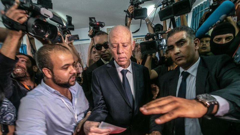 Kais Saied (M), ein ehemaliger Juraprofessor, gibt in einem Wahllokal seine Stimme ab. Foto: Khaled Nasraoui/dpa