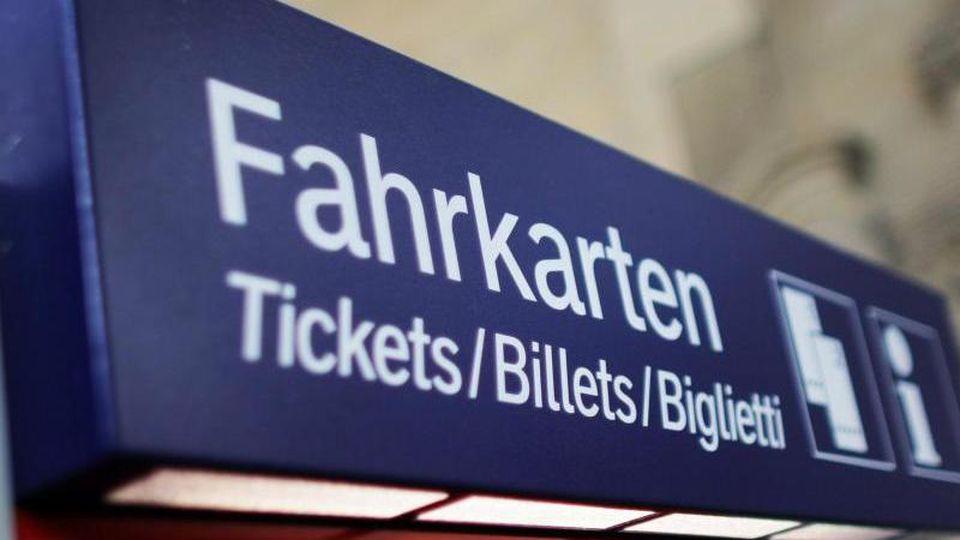 """Auf einem Automaten steht die Aufschrift """"Fahrkarten"""". Sie ist darunter in drei weiteren Sprachen zu lesen. Foto: Fredrik von Erichsen/Archiv"""