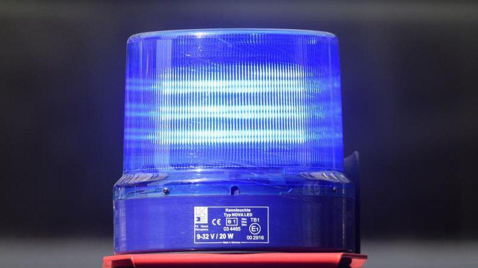Ein Blaulicht der Feuerwehr leuchtet während eines Einsatzes. Foto: Robert Michael/dpa-Zentralbild/dpa/Symbolbild