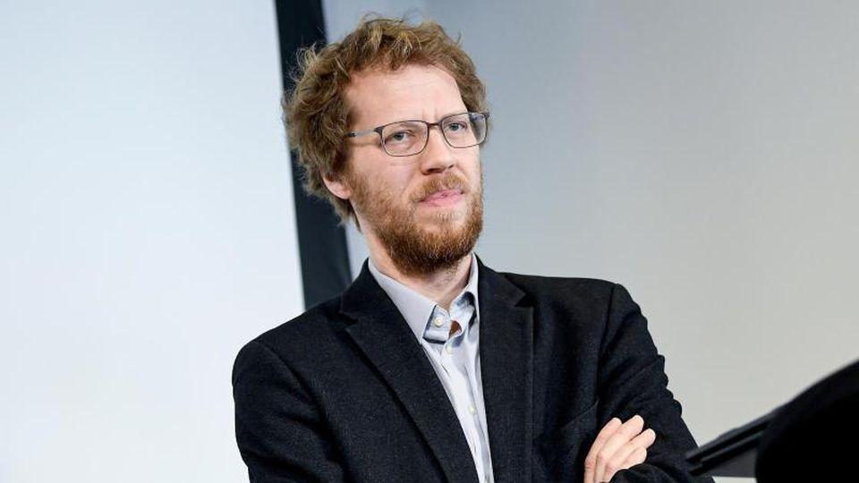 Florian Schmidt, Bündnis 90/Die Grünen, vor der Presse. Foto: Britta Pedersen/zb/dpa