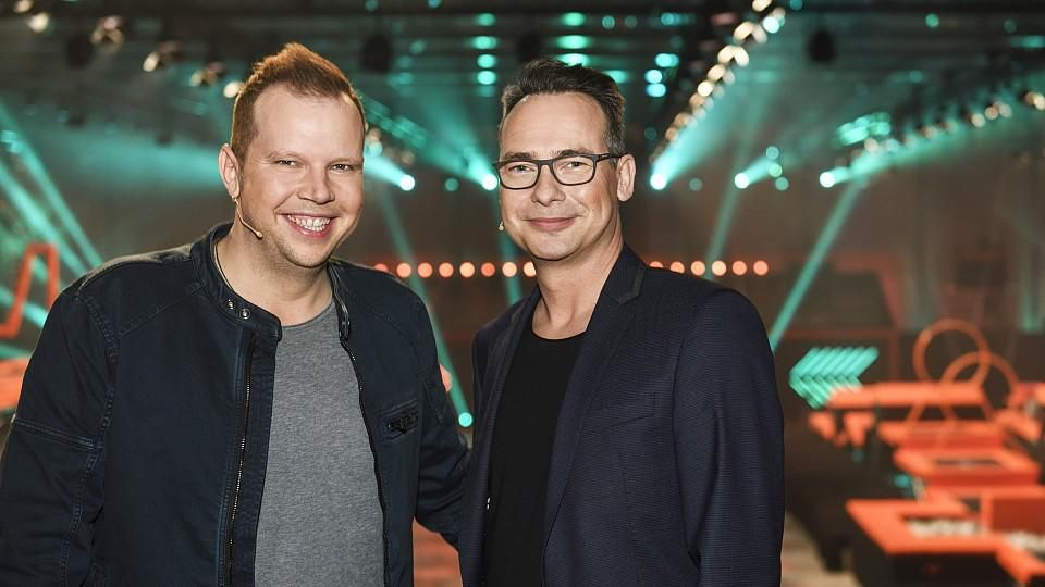 """Wolff-Christoph Fuss präsentiert an der Seite von Moderator Matthias Opdenhövel (r.) die Physical-Game-Show """"Big Bounce""""."""