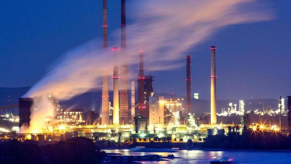 Das ThyssenKrupp Stahlwerk Schwelgern ist hell erleuchtet. Foto: Marcel Kusch/dpa