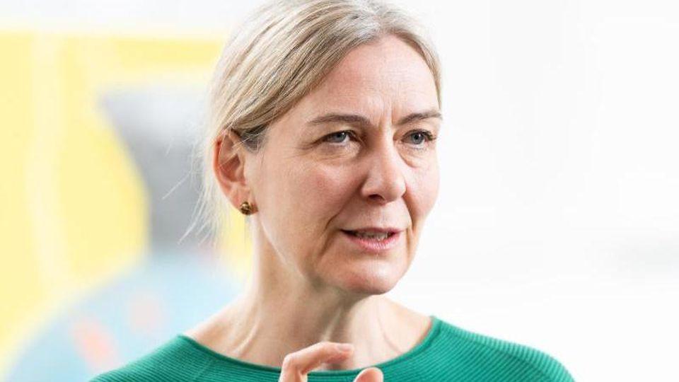 Marion Ackermann, Generaldirektorin der Staatlichen Kunstsammlungen Dresden (SKD), spricht. Foto: Robert Michael/zb/dpa/Archivbild