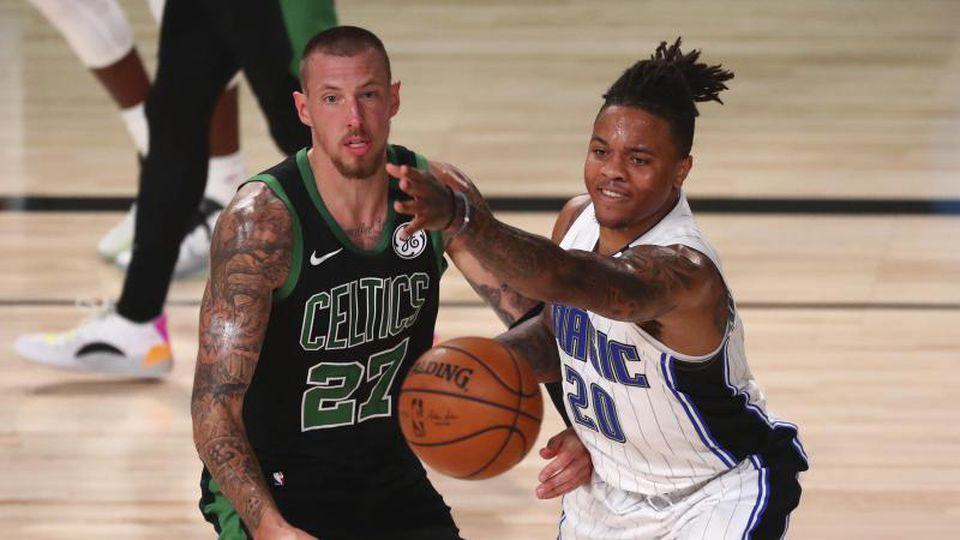 Daniel Theis von den Boston Celtics (l) in Aktion gegen Markelle Fultz (r) von Orlando Magic. Foto: Kim Klement/Pool USA Today Sports/AP/dpa