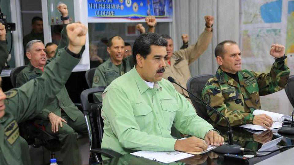Im Konflikt um die humanitäre Hilfe für Venezuela hat Maduro (M) die Schließung der Grenze nach Brasilien angeordnet. Foto: Prensa Miraflores