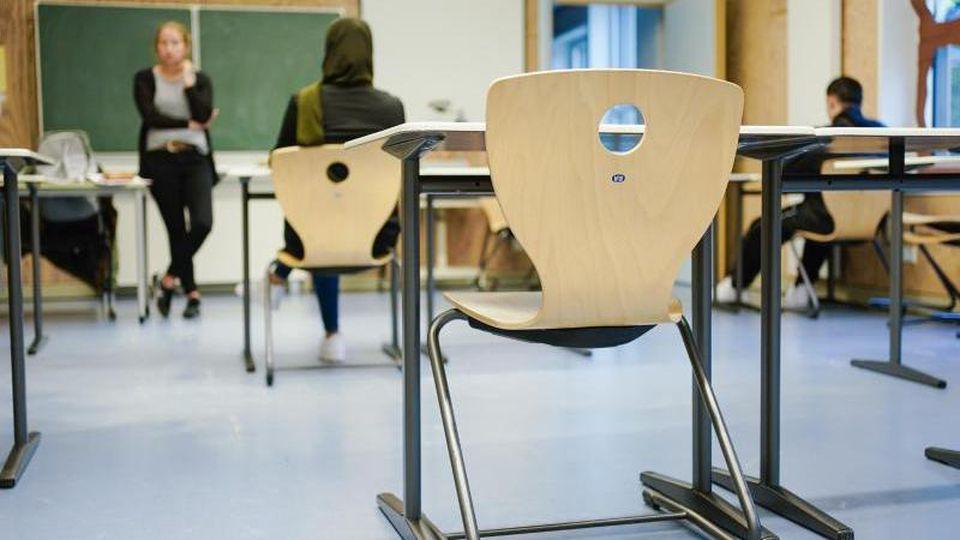 Schüler sitzen während einer Unterrichtsstunde in einem Klassenzimmer. Foto: Uwe Anspach/dpa/Archivbild