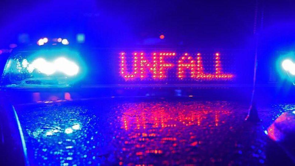 Ein Blaulicht und der Schriftzug Unfall leuchten auf einem Fahrzeug. Foto: Stefan Puchner/dpa