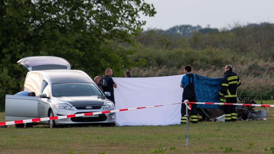 Rettungskräfte an der Unglücksstelle eines abgestürzten Kleinflugzeugs in Zehdenick. (11.9.2019)