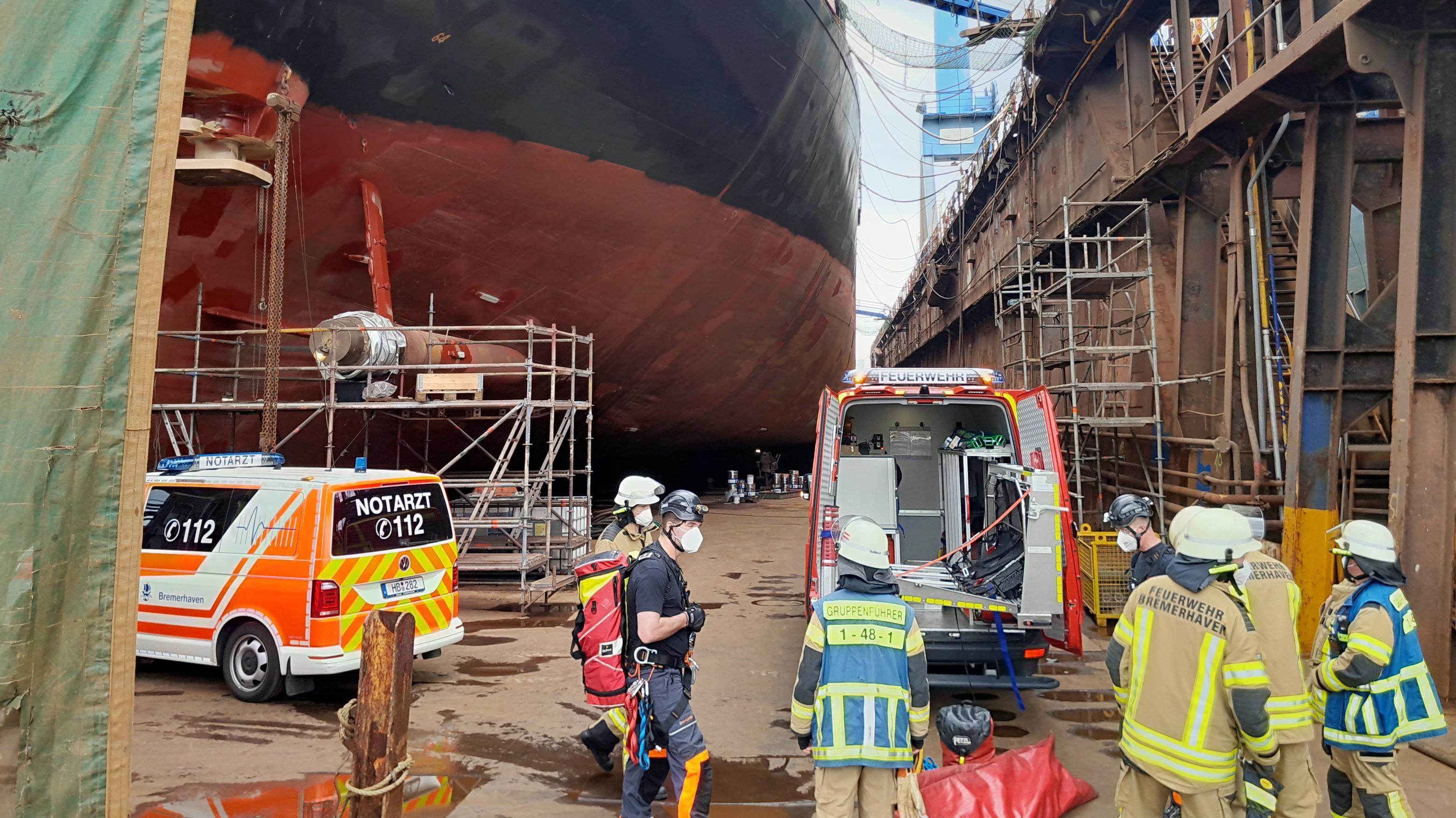 Feuerwehr Bremerhaven rettet schwer verletzten Werft-Mitarbeiter