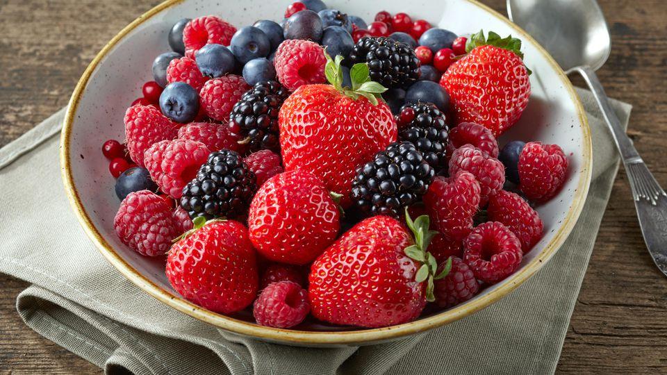 Frische Beeren haben im Juli Saison.