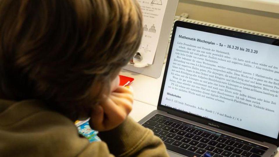 Ein Junge lernt zu Hause an seinem Laptop. Foto: Ulrich Perrey/dpa/dpa-tmn/Archivbild
