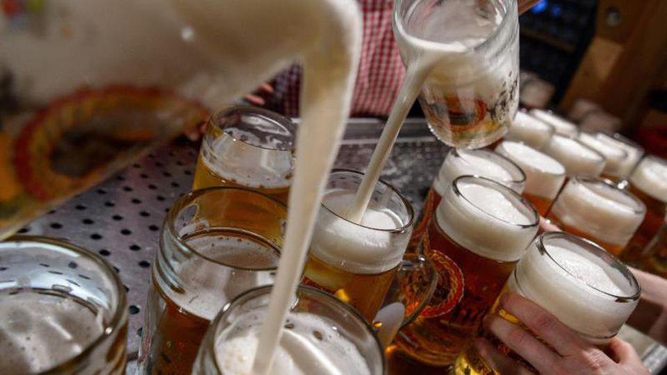 Auf dem Cannstatter Volksfest wird Bier ausgeschenkt. Foto: Sina Schuldt/dpa