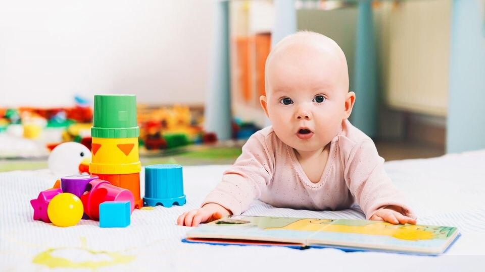 In den ersten Monaten lernt das Baby so viel, dass Eltern beinahe jeden Tag neue Veränderungen beobachten können. Wir verraten Meilensteine im wichtigen ersten Quartal
