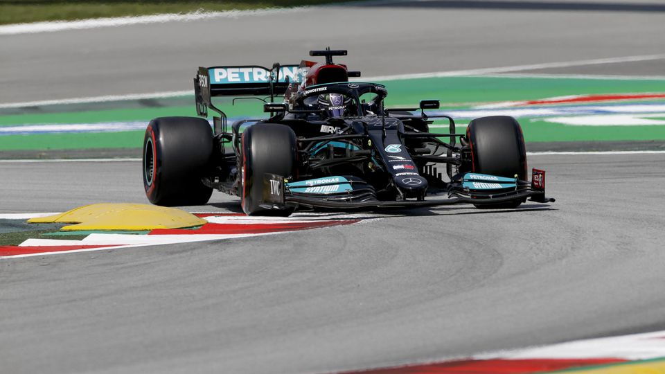 Lewis Hamilton raste in Barcelona zur Freitags-Bestezit
