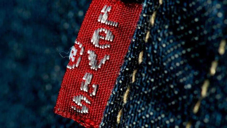 Jeans der Marke Levi Strauss & Co. Der traditionsreiche Jeans-Hersteller will bei seiner Rückkehr an die Börse über eine halbe Milliarde Dollar an frischem Kapital bei Anlegern einsammeln. Foto: Sven Hoppe