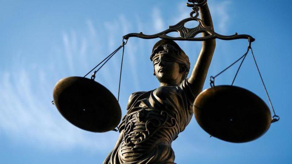 Eine Statue der Justitia hält eine Waage in der Hand. Foto: David-Wolfgang Ebener/dpa/Archivbild