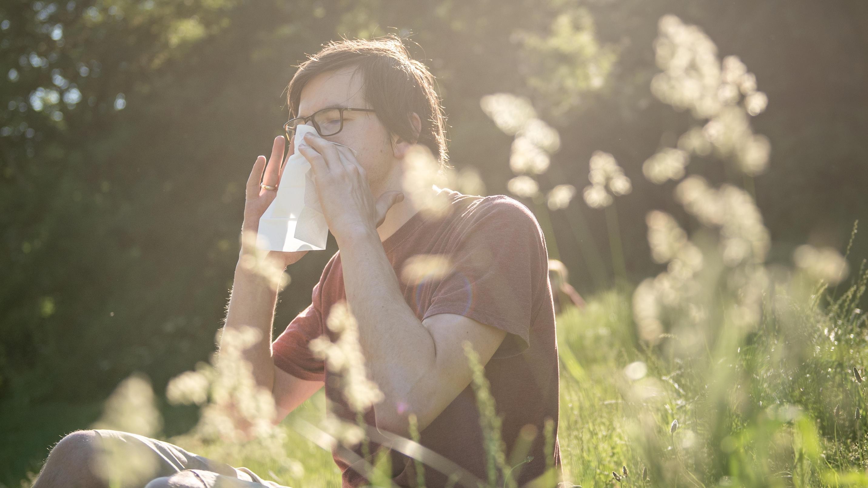 Gerade in der Pollenzeit leiden viele Menschen an einer permanent verstopften Nase. Hochziehen oder putzen? Was ist besser?