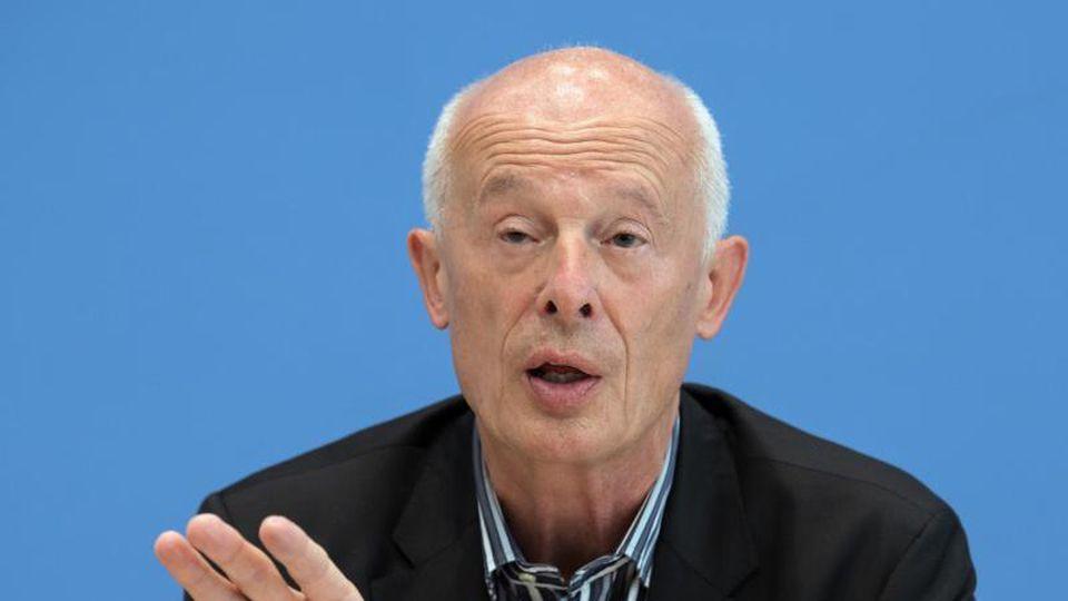Hans Joachim Schellnhuber spricht während einer Pressekonferenz. Foto: Soeren Stache/dpa/Archivbild