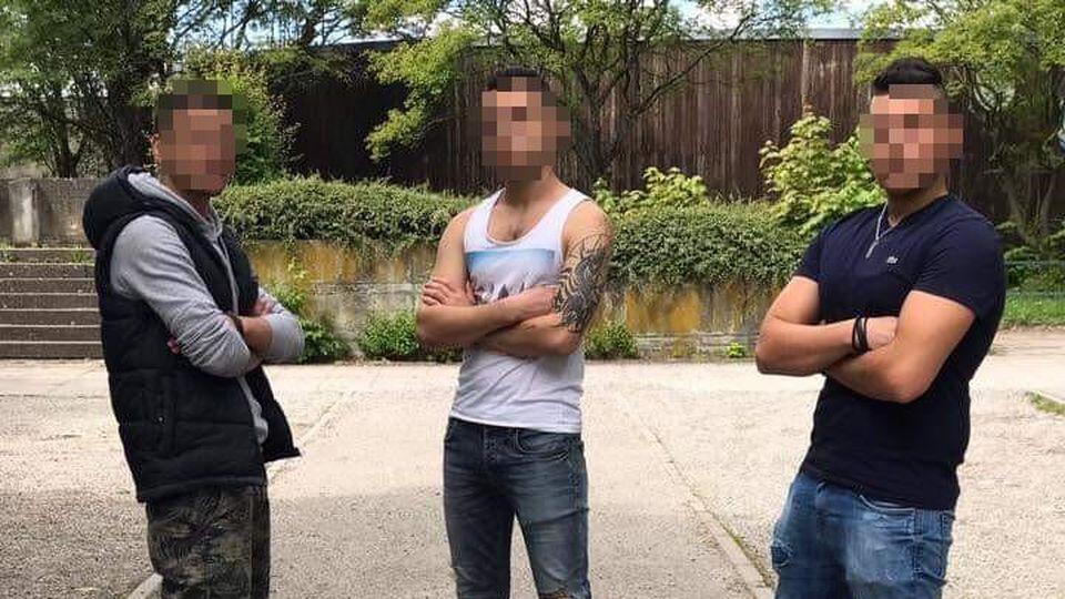 Majd H. posiert mit zwei Freunden