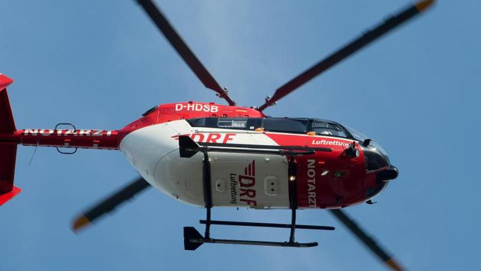 Ein Rettungshubschrauber fliegt über dem Flugplatz eines Krankenhauses. Foto: Stefan Sauer/zb/dpa/Symbolbild