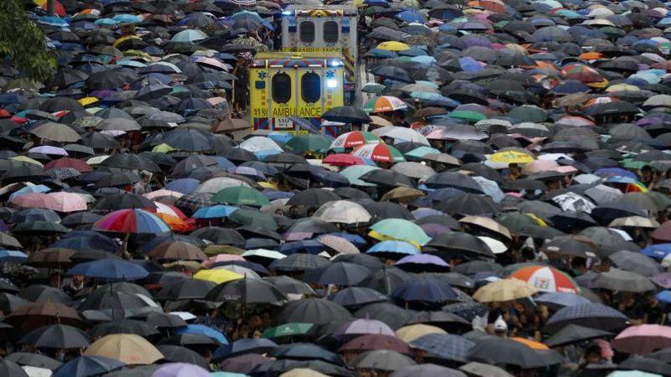Trotz Drohungen aus Peking demonstrieren in Hongkong Tausende Demonstranten. Foto: Vincent Thian/AP