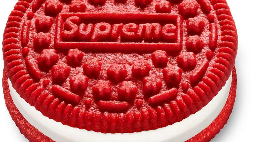 Drei der roten Oreo-Kekse - eine Kooperation des Modelabels Supreme mit dem Kekshersteller - werden auf Ebay für bis zu 15.000 US-Dollar gehandelt.