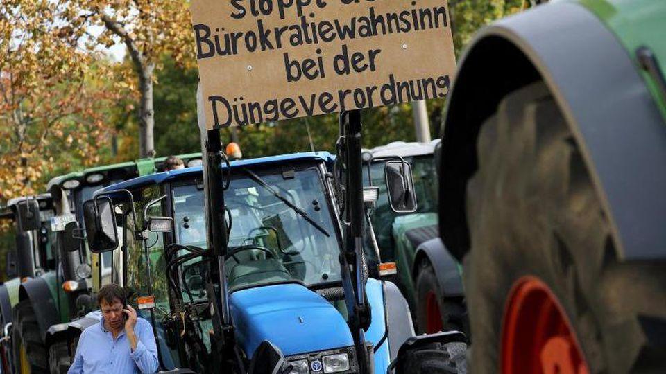 Bauern demonstrieren mit Transparenten. Foto: Oliver Berg/dpa
