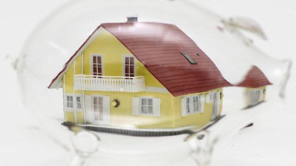 Bausparen kann sich lohnen - Kunden müssen aber genau durchrechnen, ob ein Angebot zu ihnen passt. Foto: Andrea Warnecke/dpa-tmn