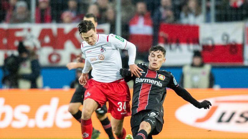 Kölns Noah Katterbach (l) zieht Leverkusens Kai Havertz davon. Foto: Marcel Kusch/dpa