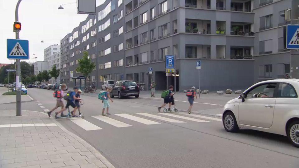 Schulkinder überqueren die Kreuzung an der Welfenstraße, an der Paul angefahren wurde