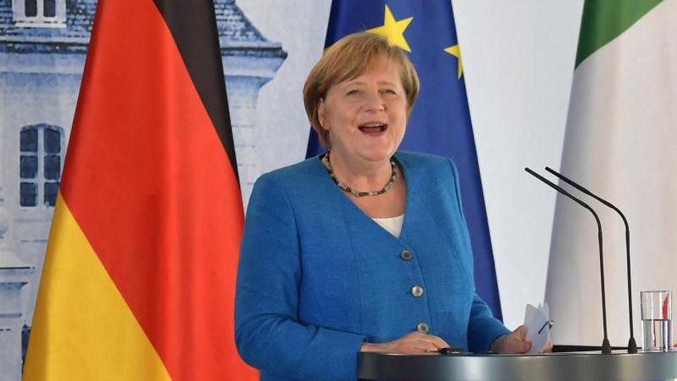 Bundeskanzlerin Merkel trifft sich mit dem spanischen Ministerpräsidenten, um über die Corona-Krise zu sprechen. Foto: Tobias Schwarz/AFP pool/dpa