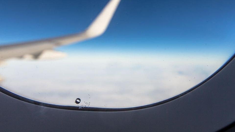 Das kleine Loch unten im Flugzeug-Fenster: Wofür ist das gut?