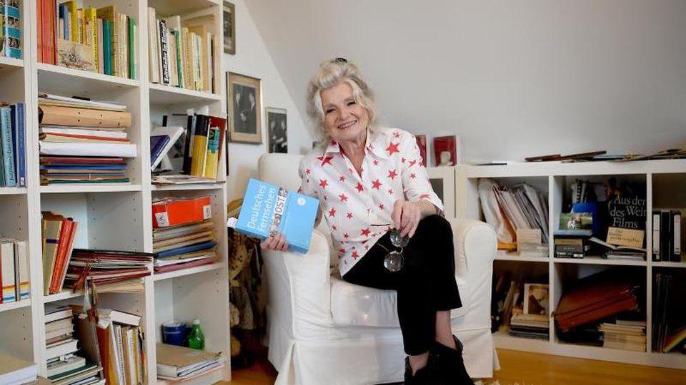 Schauspielerin Helga Piur in ihrem Arbeitszimmer. Foto: Britta Pedersen/Archivbild