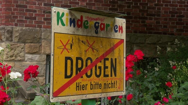 "Warnschild vor Hamburger-Kita ""Regenbogenkinder"""