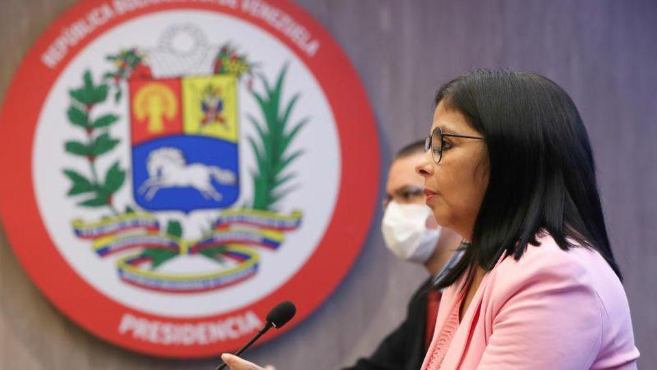 """Delcy Rodriguez (l), Vizepräsidentin von Venezuela, spricht über die """"Ausplünderung venezolanischer Ressourcen"""" durch die Opposition. Foto: Zurimar Campos/Prensa Miraflores/dpa"""