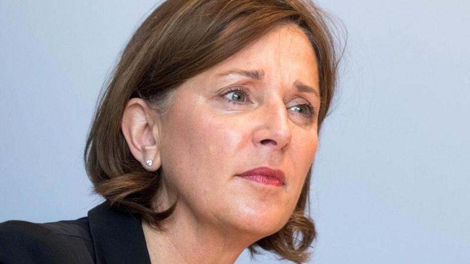 Yvonne Gebauer (FDP), Schulministerin von Nordrhein-Westfalen, auf einer Pressekonferenz. Foto: Rolf Vennenbernd/dpa/Archivbild