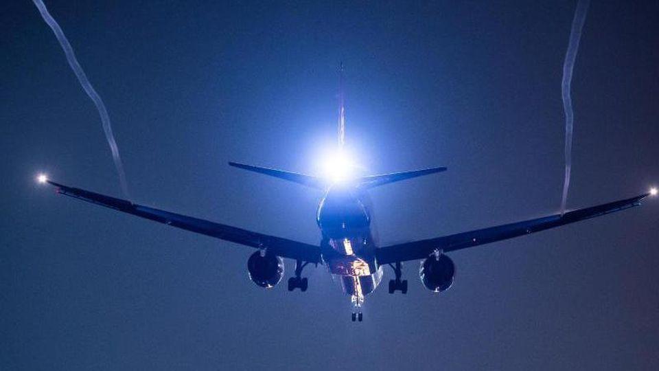 Ein Passagierflugzeug befindet sich im Landeanflug. Foto: Silas Stein/dpa/Symbolbild