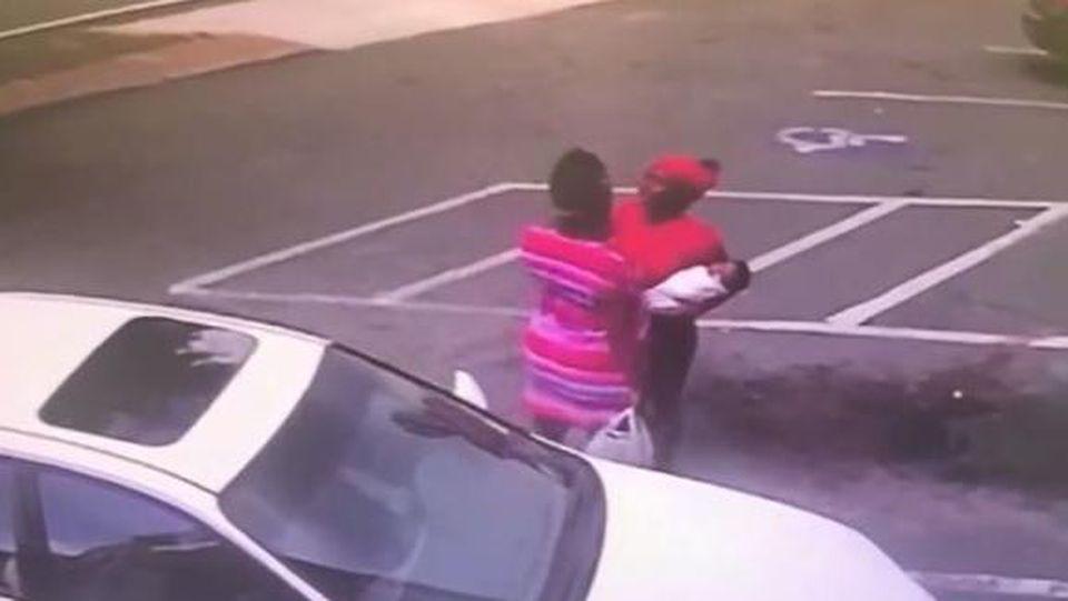 Im Streit mit einer anderen Frau ließ eine Mutter ihr Baby fallen.