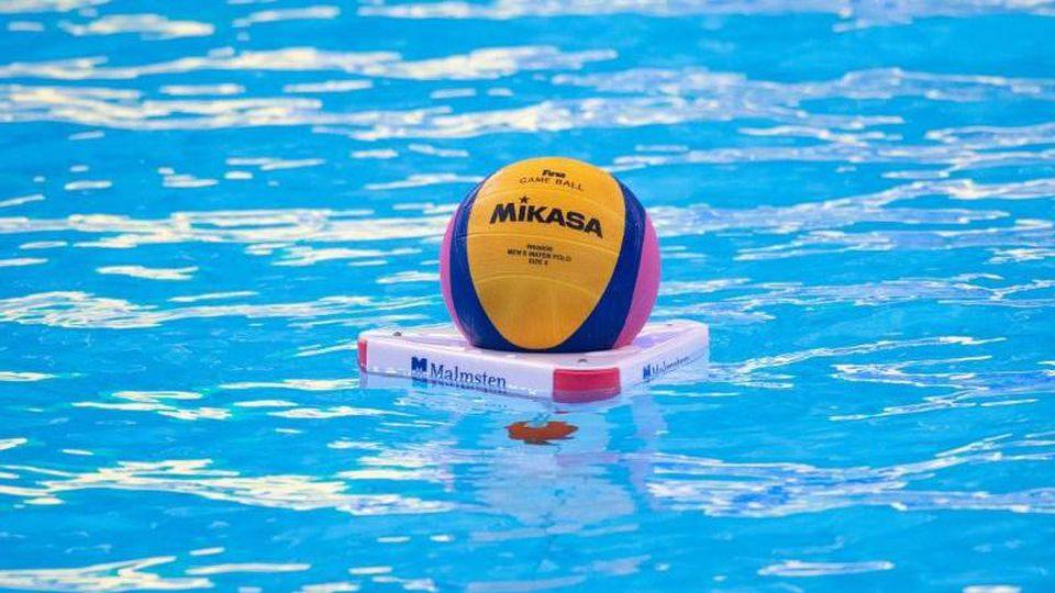 Vor einem Wasserball-Spiel schwimmt ein Ball auf dem Wasser. Foto: Bernd Thissen/dpa/Symbolbild