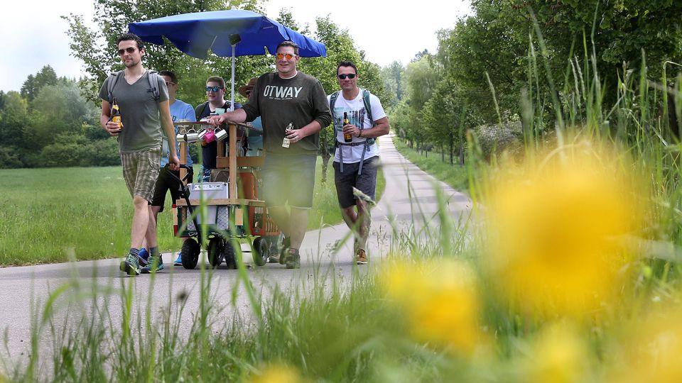 Viele junge Männer machen sich zu Vatertag gerne zu einem Ausflug mit dem Bollerwagen auf.