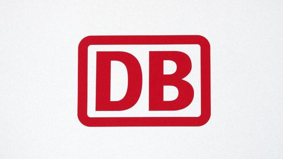 Das Logo der Deutschen Bahn AG. Foto: Ralf Hirschberger/Archiv