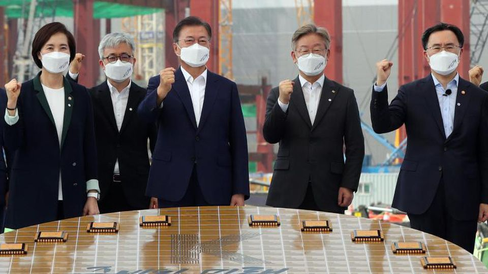 """""""Halbleiter-Machtzentrum bis 2030"""": Staatspräsident Moon Jae In (M) besucht den Samsung-Produktionsstandort in Pyeongtaek. Foto: YNA/dpa"""